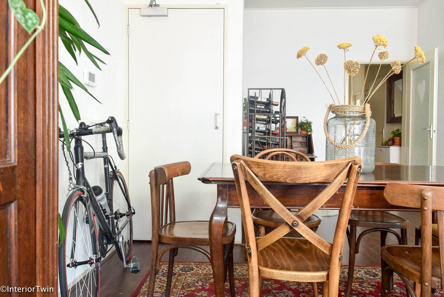 tweedehands meubels in een modern interieur