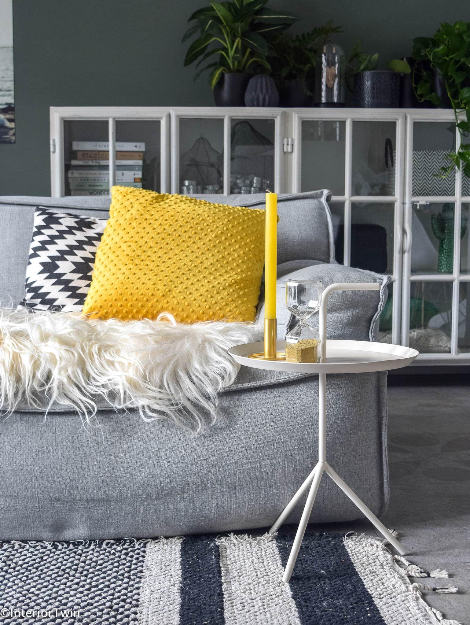 kleur in huis met okergele kussens van fourfabrics