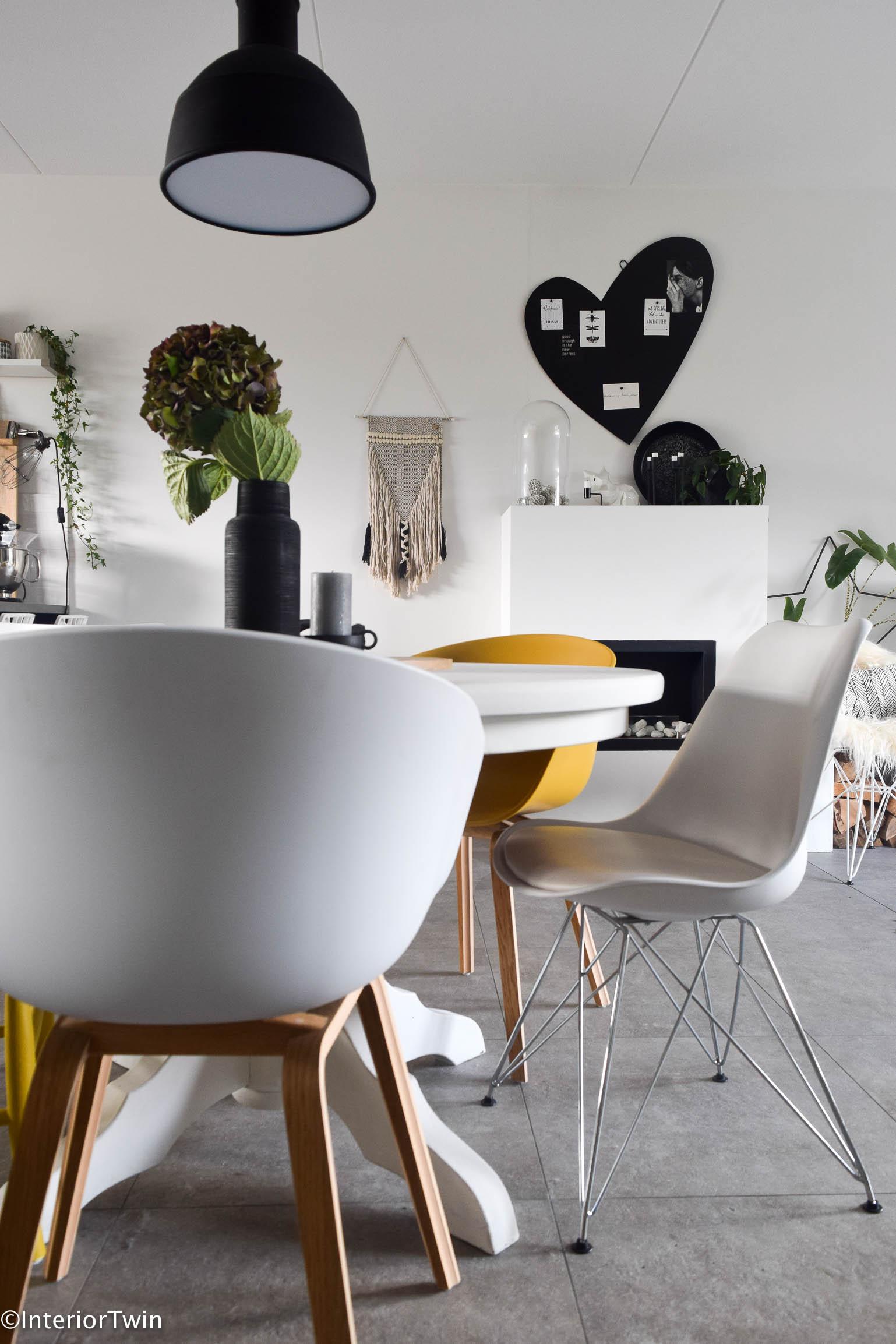 5 tips voor verschillende stoelen aan tafel interiortwin for Zwarte eettafel stoelen
