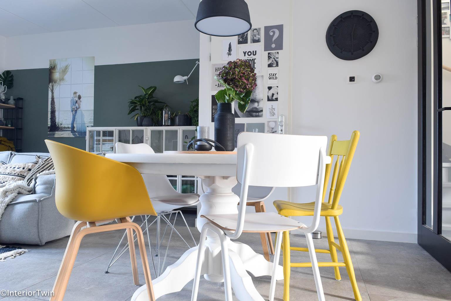5 tips voor verschillende stoelen aan tafel interiortwin for Verschillende kleuren eetkamerstoelen