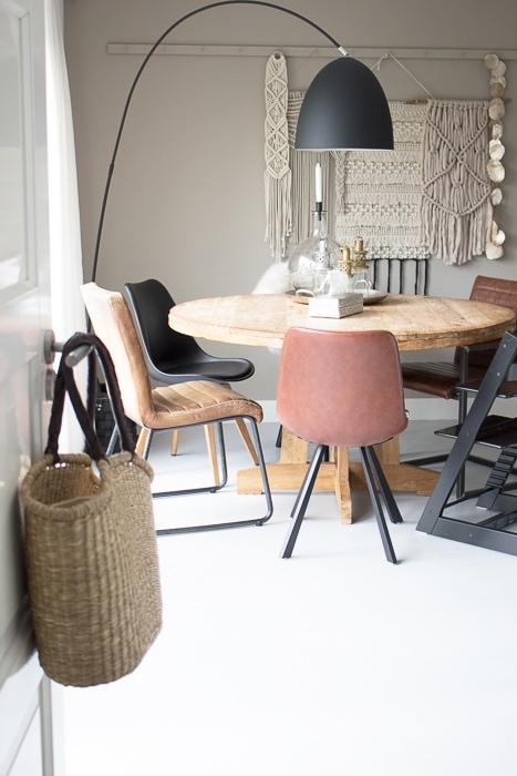 Ronde eettafel cognac en zwarte stoelen interiortwin for Zwarte eettafel stoelen