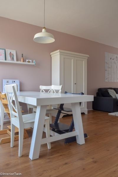 witte meubels- eettafel, lamp en kast