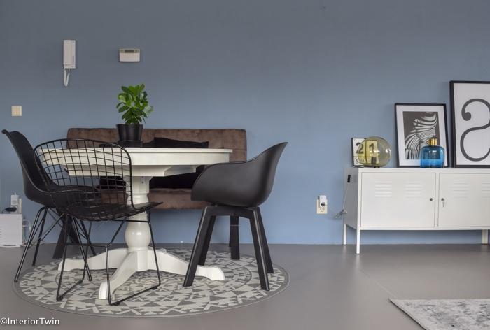 zwarte zithoek met blauwe muur en ikea ps dressoir