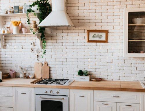 Klaar met je verouderde (huurhuis) keuken? Met deze low budget tips knap je je keuken weer mooi op